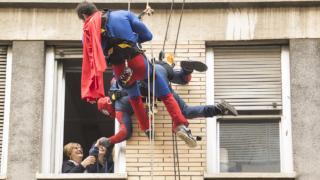 """Dai tetti del """"Riuniti"""" i doni dei supereroi per i bambini"""